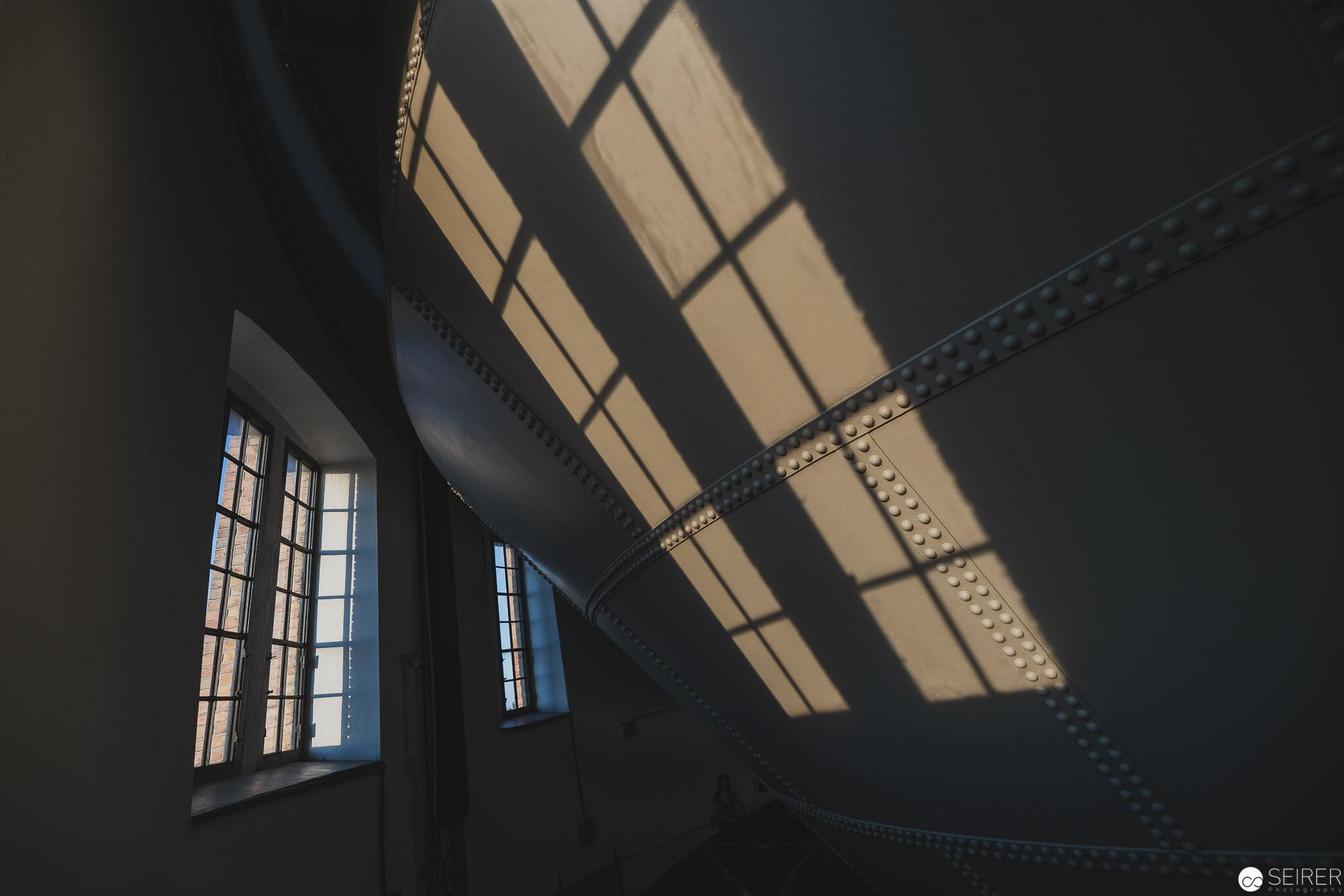 Der nahende Sonnenuntergang führt zu spannenden Schattenwürfen- Wasserturm Favoriten
