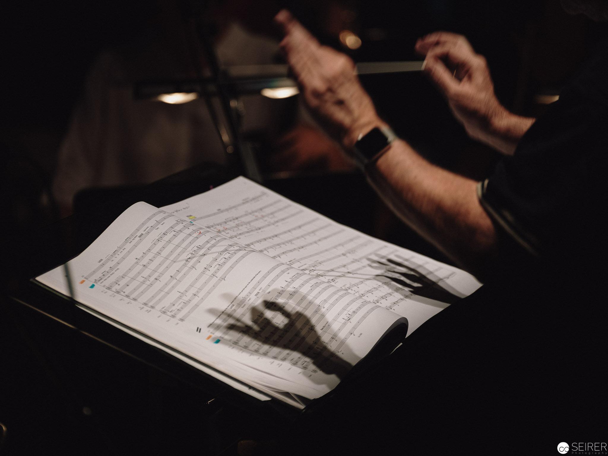 """Schattenspiele des Dirigenten und Musikalischen Leiters der NOW Prof. Walter Kobéra bei den Proben zu """"Angels in America"""" der Neuen Oper Wien im MQ."""