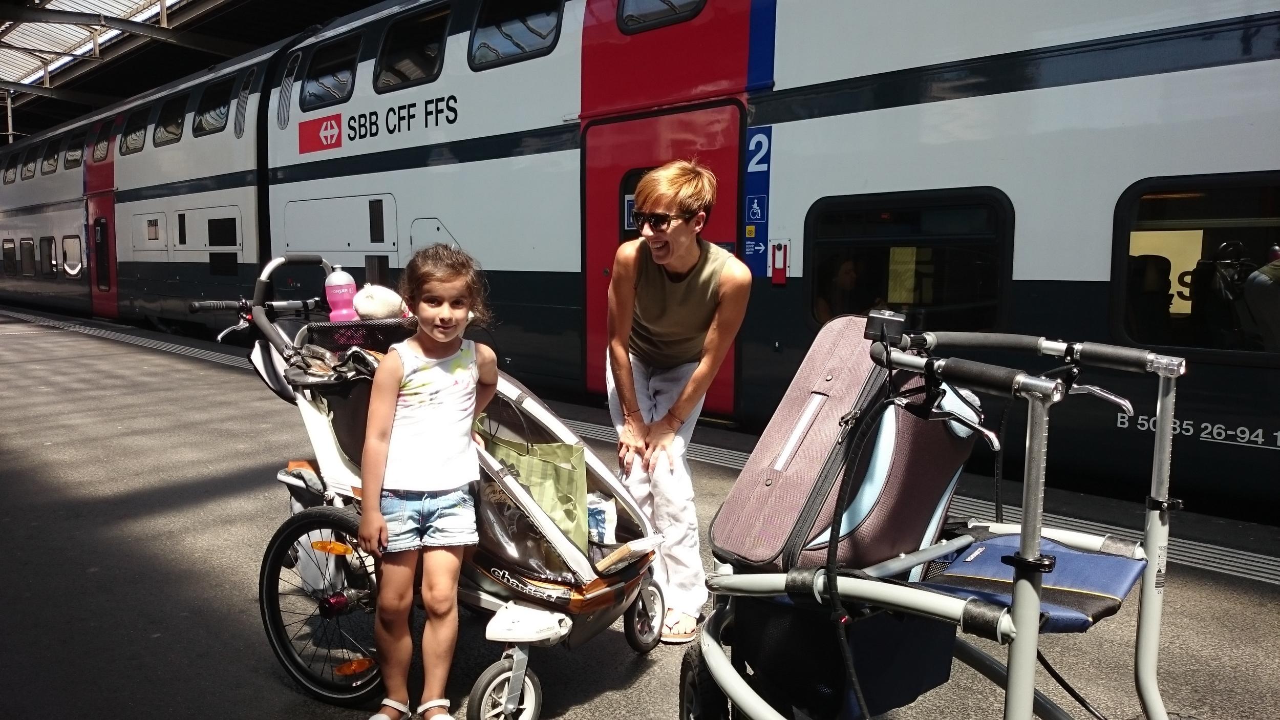 Begegnung im Zürcher Bahnhof. Links der sportliche Hightech-Kinderwagen, rechts der e-Drive-Walker mit Koffer.