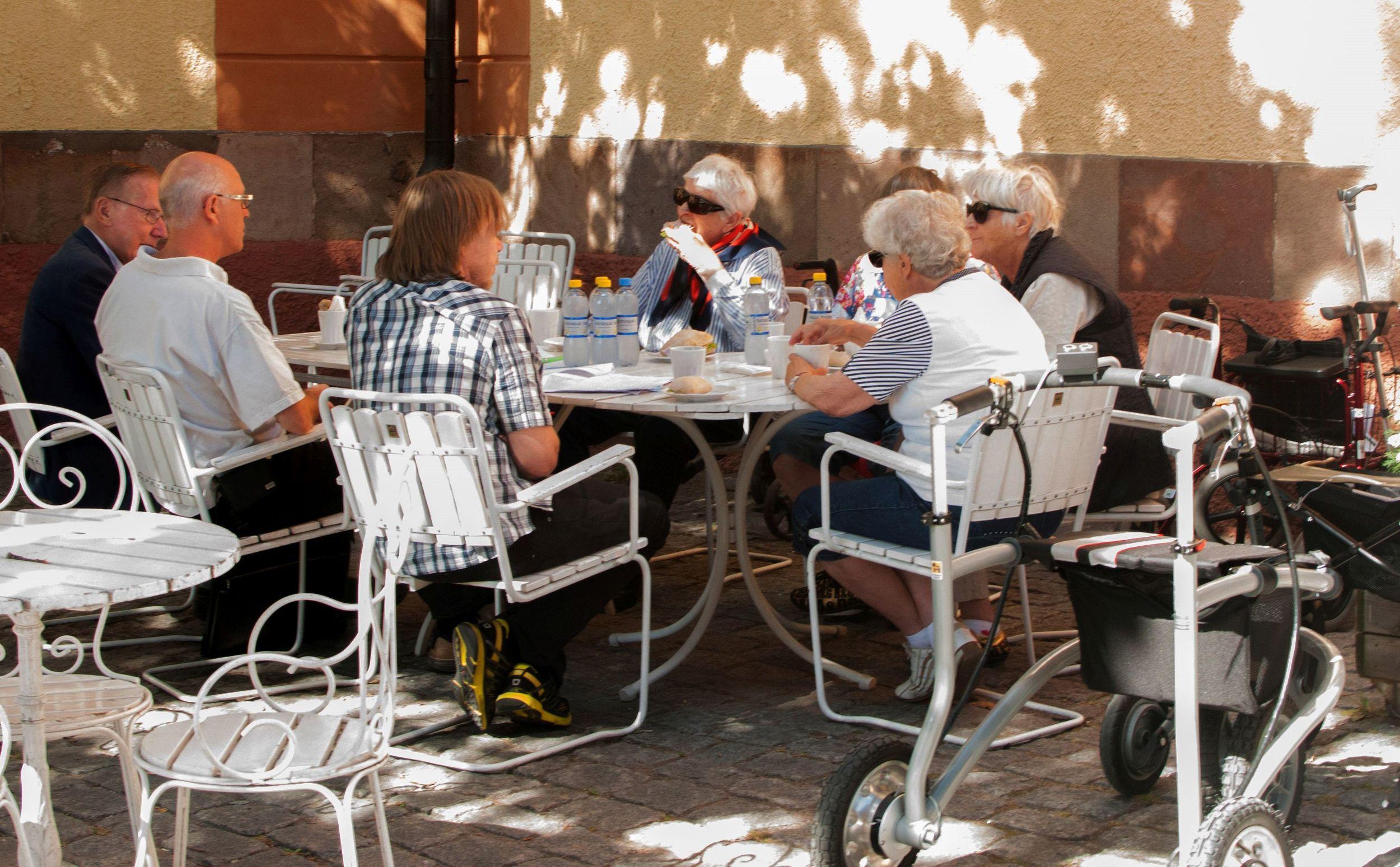 Ergänzend zu den Fragebögen berichten die Seniorinnen und Senioren nach jeder Testrunde in teilstandardisierten Interviews über die gemachten Erfahrungen (Bild: J. Kuikka).