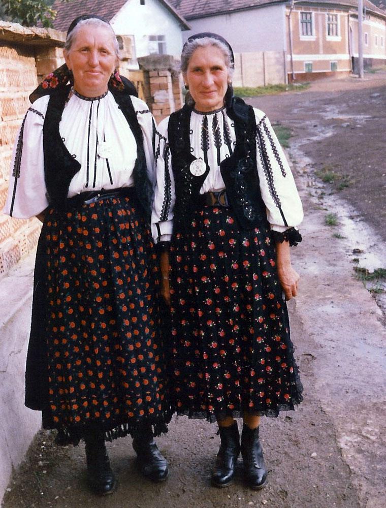 Maria og veninde fra landsbyen Crihalma
