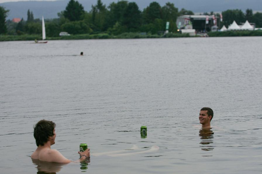 Baden im See, mit Seebühne im Hintergrund