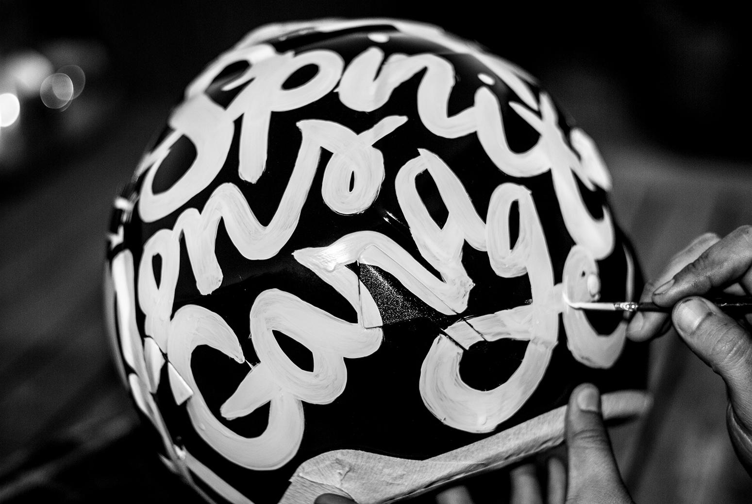 Lettering sobre casco de Vespa.   Puedes verlo en la sección Portfolio > Caligrafía y Lettering.