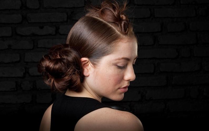 Faça um coque com a trança, mas o movimento não deve ser certinho para dar volume e textura ao penteado. Ao final, prenda com grampos