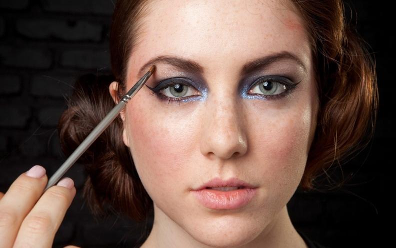 Use o pincel chanfrado para aplicar a sombra marrom acinzentada para marcar a sobrancelha, como era típico nos anos 20