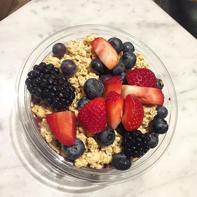 Our afternoon snack today is a fruit filled acai bowl. Which fruits do you love in your acai bowl? #food #acaibowl #strawberry #blueberry 🍓