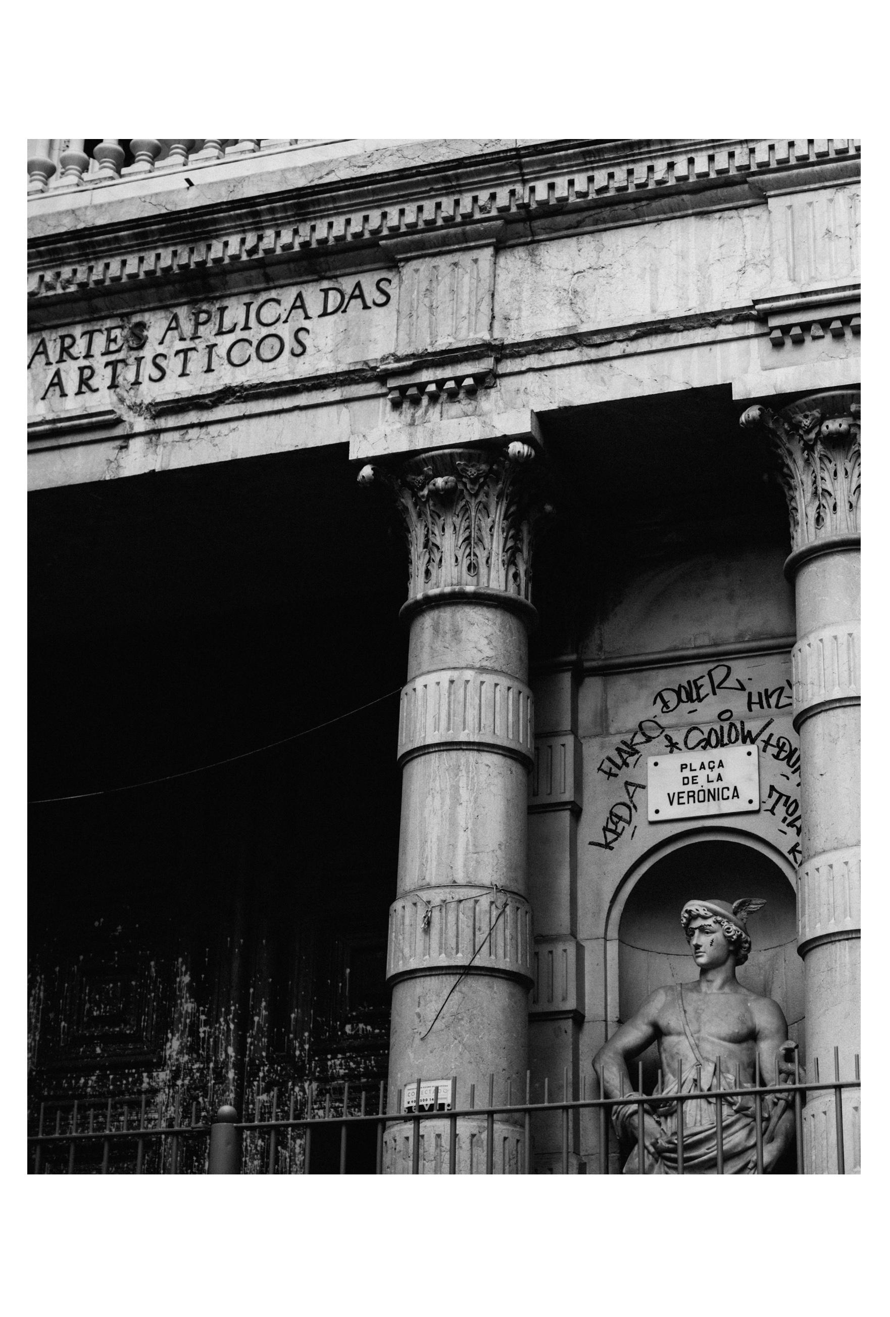 Barcelona statue tags