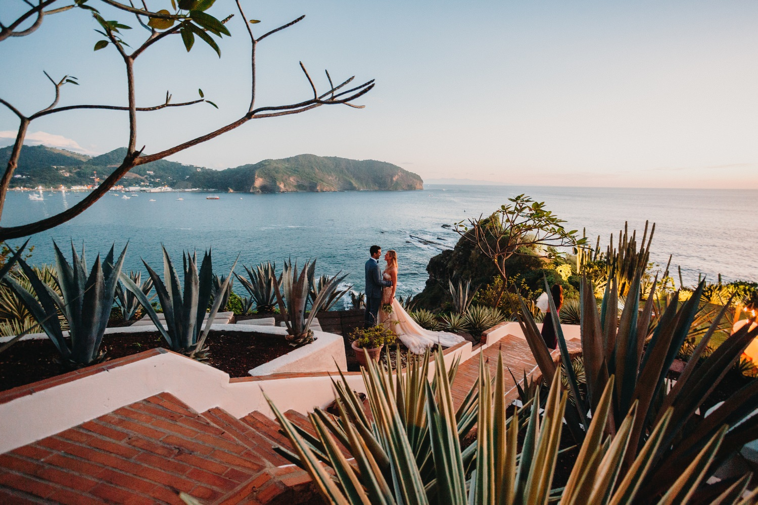 Best wedding venues in Costa Rica and Nicaragua. Christian & Dana Beach wedding photographed by Kuba Okon - destination wedding photographer based in Costa Rica.