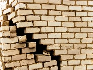 Crack Brick Outside Wall.jpg-500x400.jpg