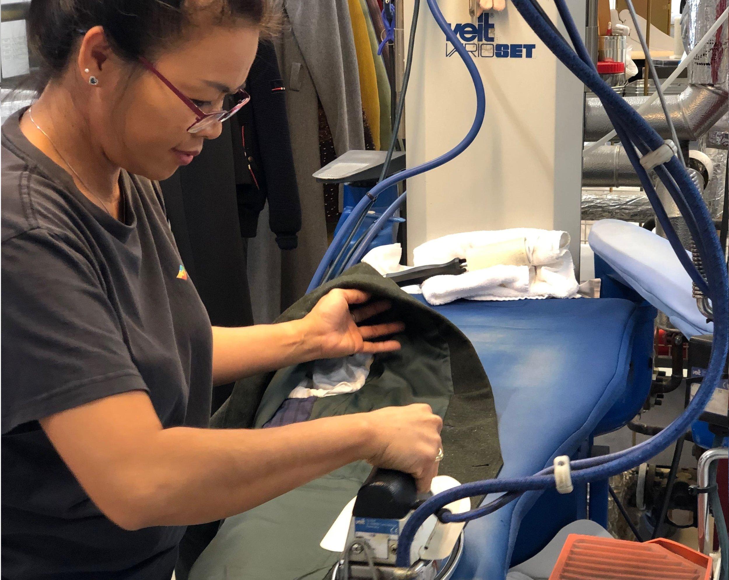 """""""Det viktigste vi gjør på renseriet er å sørge for at tøyet blir behandlet profesjonelt og at kundene blir fornøyd med resultatet"""" - - Mantana, Nor Tekstil avd. Florø"""