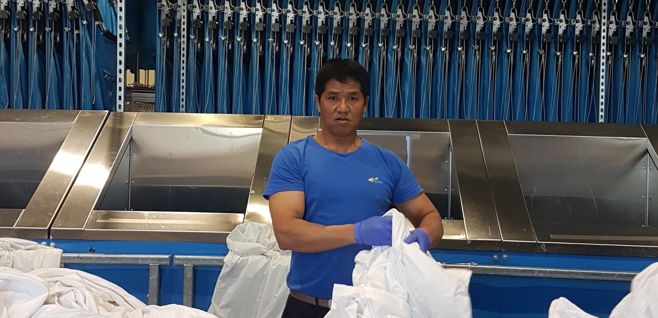 I SITT RETTE ELEMENT: Kyaw Lin Lawning (50) er døv, men det har aldri stoppet han i å gjøre jobben sin for Nor Tekstil avdeling Trondheim. Kommunikasjonsproblemer eksisterer ikke og Kyaw Lin går frem som et forbilde for de andre ansatte.
