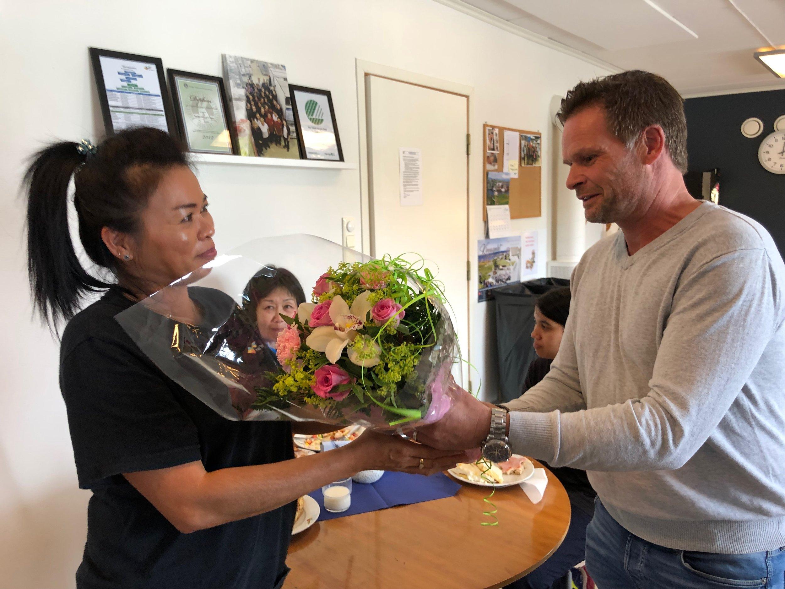 Her overrekker Driftssjef Fred Helge blomster til Mantana som fyller år.