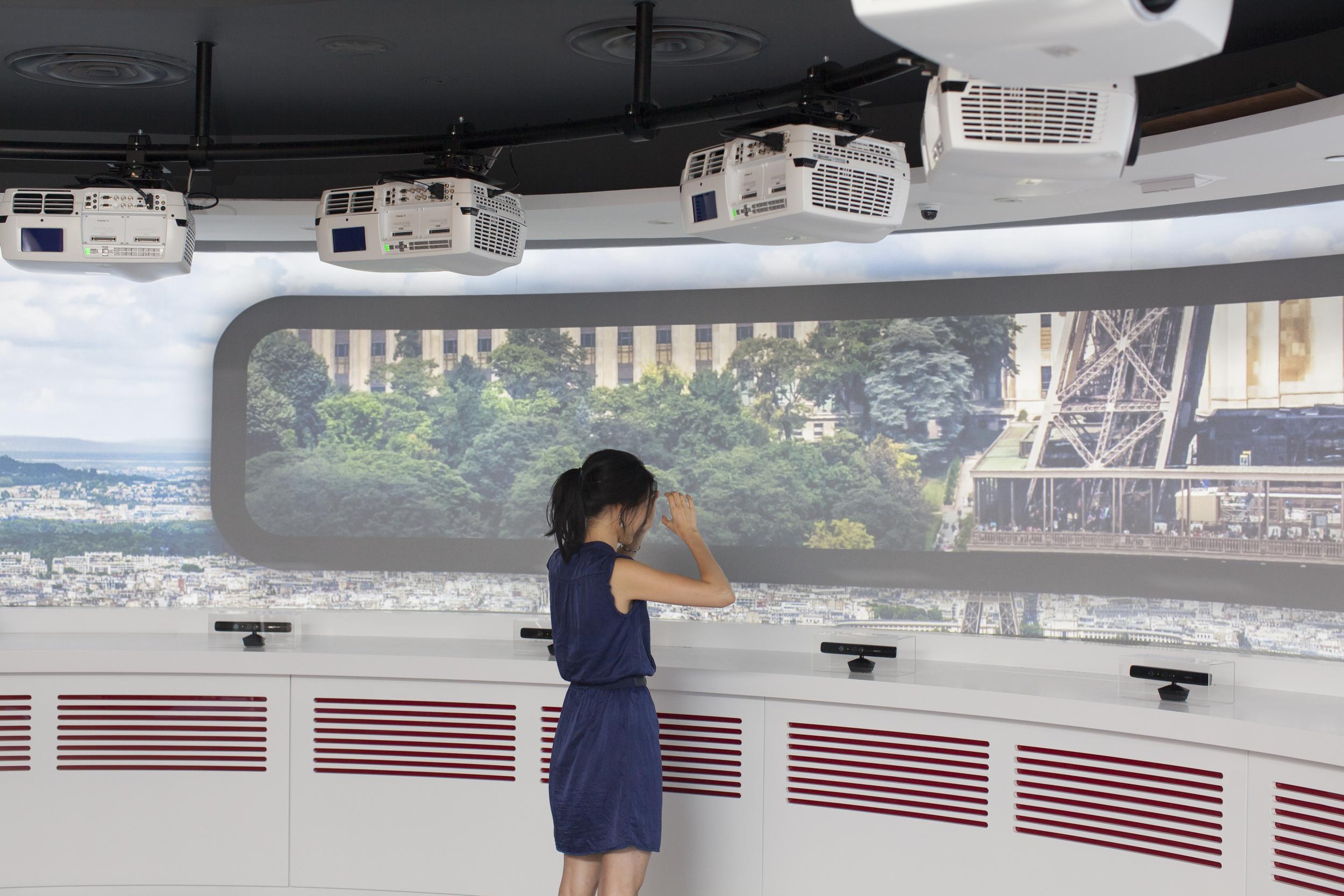 binoculars gesture allows zoom in context