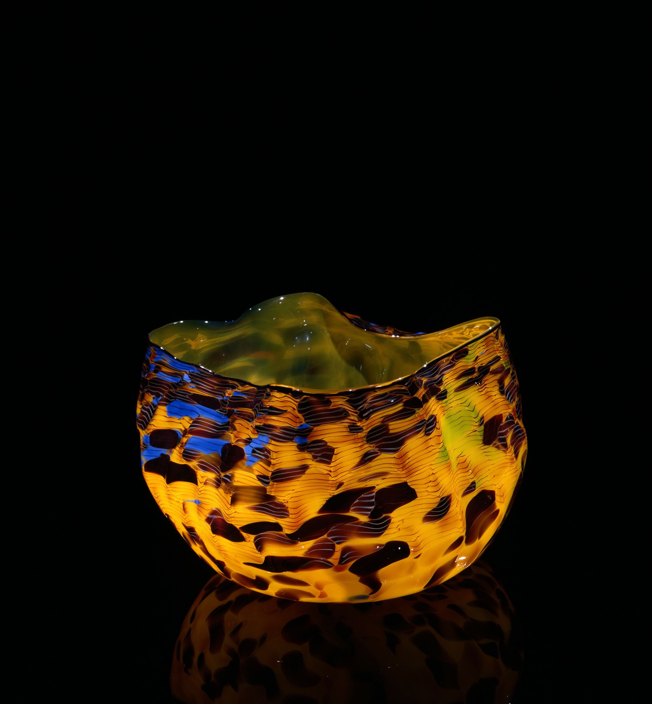 Dale Chihuly, Aureolin Macchia with Pech Black Lip Wrap (1982, glass, 8 x 12 x 11 inches), DC.63