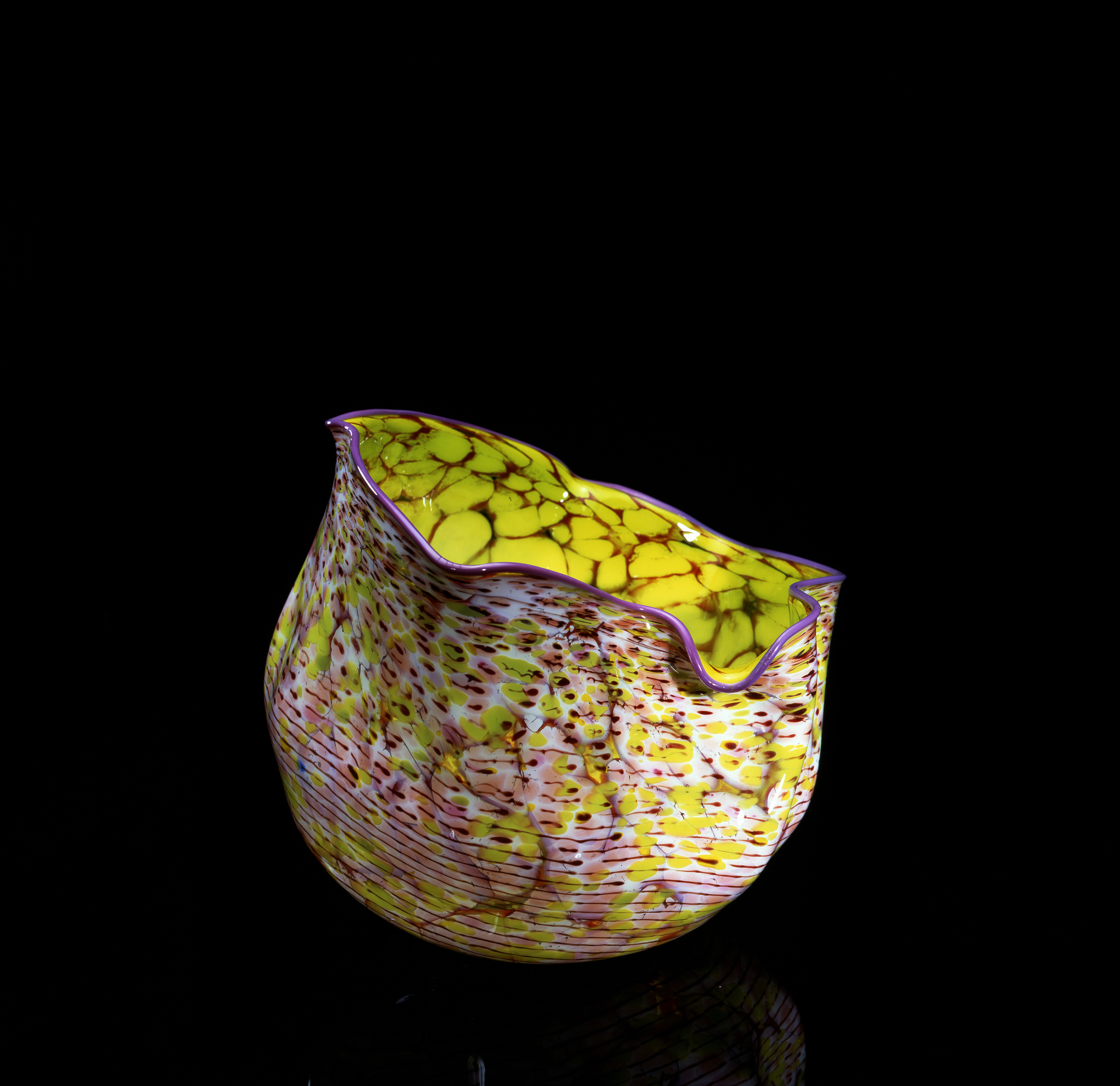 Dale Chihuly, Chrysanthemum Yellow Macchia with Windsor Violet Lip Wrap (1982, glass, 10 x 13 x 17inches), DC.80