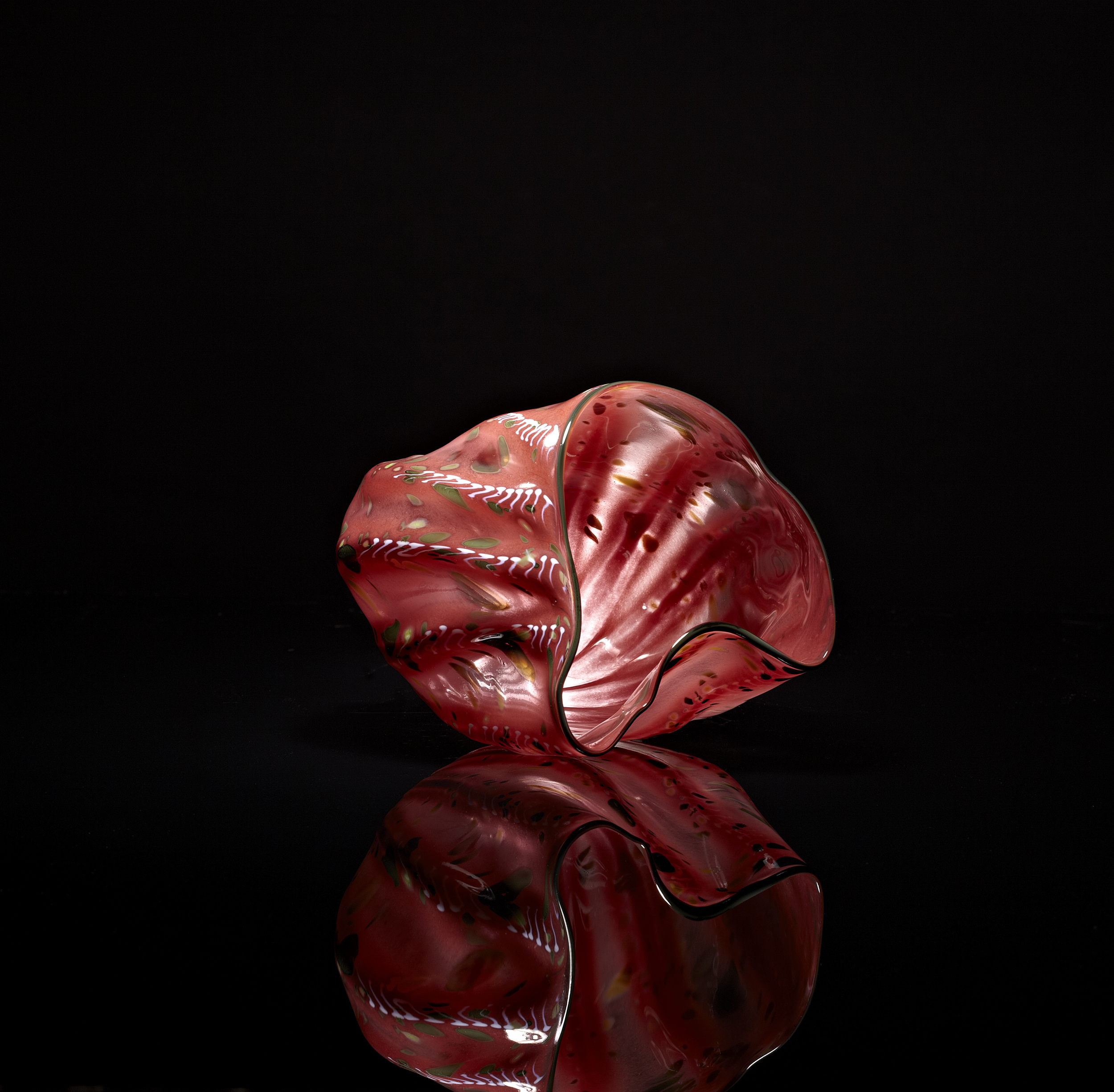 Dale Chihuly, Ruby Pink Macchia with Forest Green Lip Wrap (1982, glass, 7 x 7 x 7 inches), DC.139