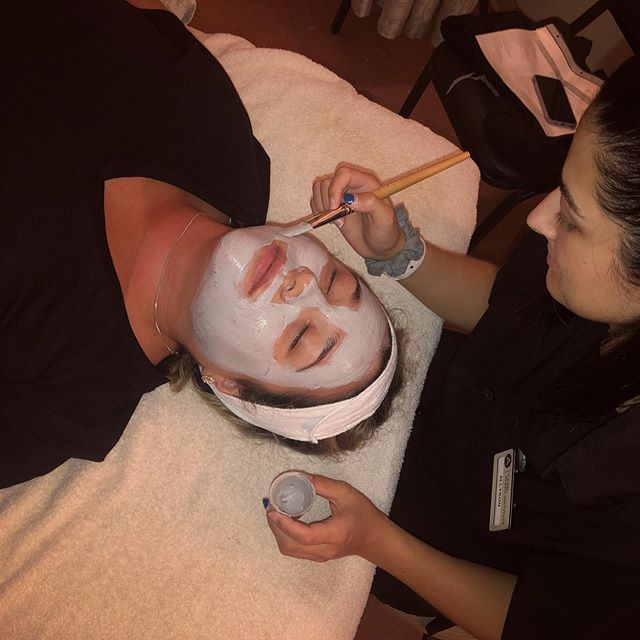 Esthetics students practicing a facial protocol for sensitive skin ❄️💧🧖🏻♀️ This treatment uses cool temperatures, jade rollers, and anti-inflammatory products to reduce redness, soothe sensitivity, and lightly resurface. . #casalaveda #avedainstitute #avedastudent #lovewhatyoudo #estheticianintraining #passion #lifelonglearner #facial #avedaspa #avedaskincare #tulasara #smellslikeaveda