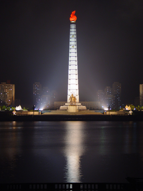 The Tower of Juche Idea statue, Pyongyang, North Korea (Photo:  Martyn Williams) .