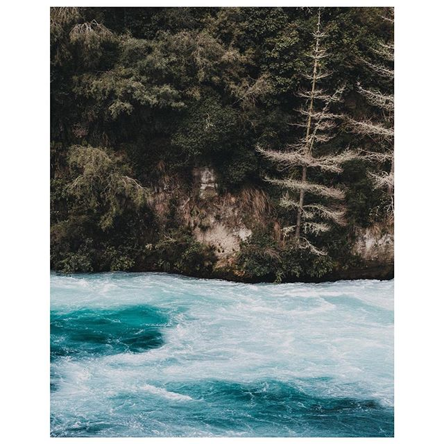 Turbulent waters & steep cliffs at Huka Falls, Waikato River, New Zealand 🏔 . . . #newzealand #tongariro #tongarirocrossing #newzealandnatural #discovernz #exploretocreate #paperjournalmag #subjectivelyobjective #somewheremagazine #hike #hiking #nature #flowers #hikingnz #travelgram #passionpassport #keepitwild #hukafalls #waikato #waikatoriver