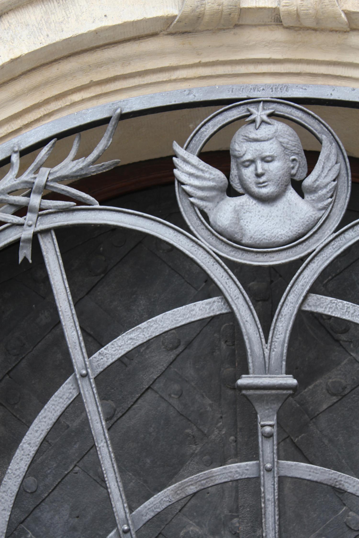 Angelic Cherub gate head detail
