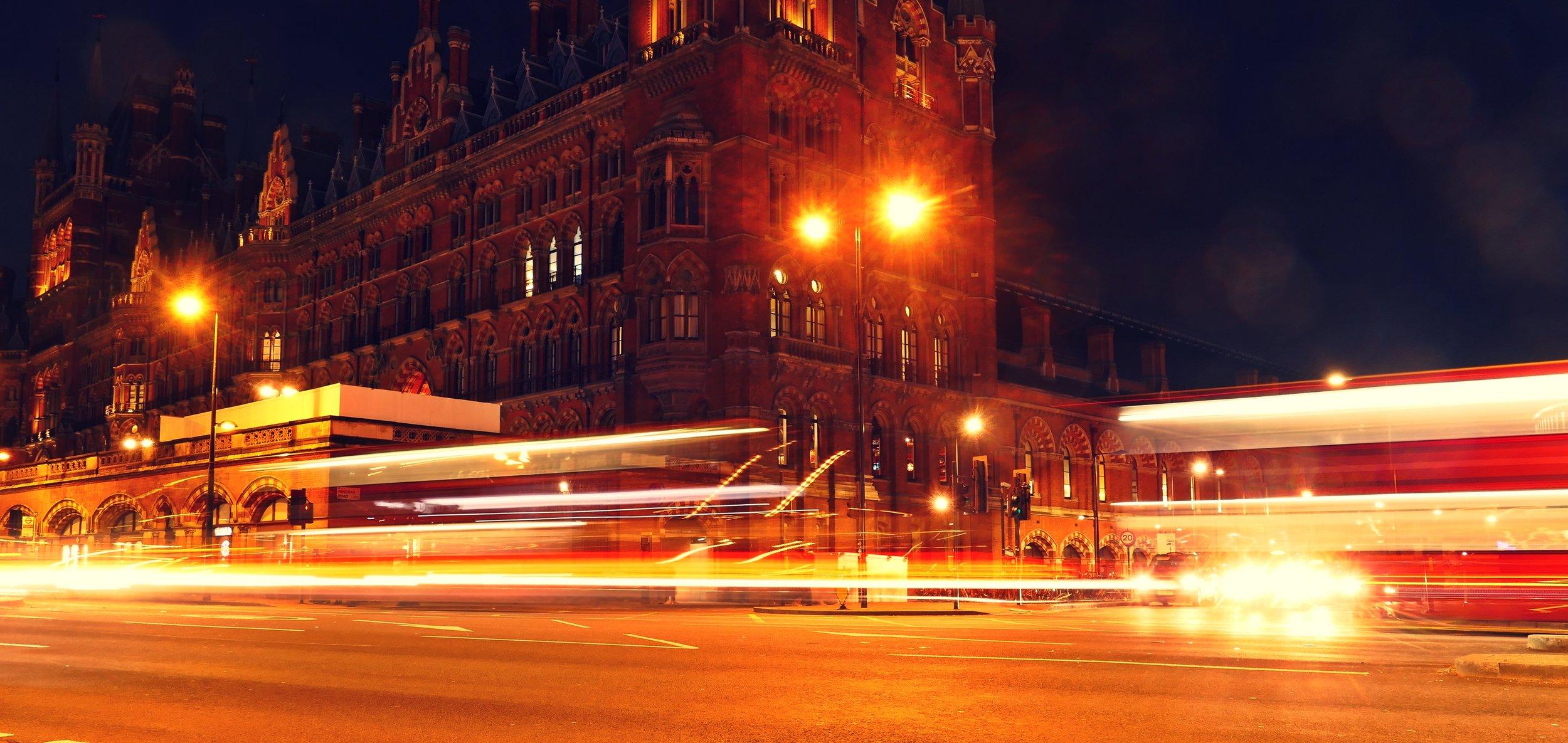 Bahnhof San Pancras by night.JPG