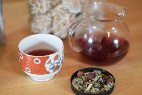 Photo of Hibiscus Tea in glass pitcher and tea cup阿曼达·莱特·梅德