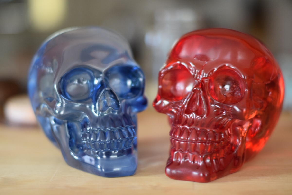 Photo of red and blue crystal skulls by阿曼达·莱特·梅德