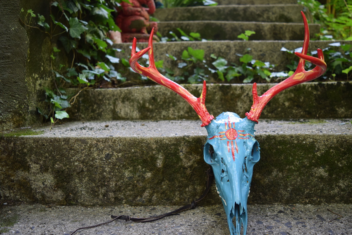 Article: What Is An Honor Mount? Delaware Indian Honor Mount Photo by Amanda Linette Meder Delaware Native American Deer Skull Honor Mount on Stairway in the woods covered in Ivy.