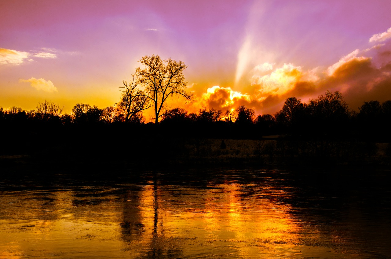 Sunset and water Photo: Image by  Angela C  from  Pixabay