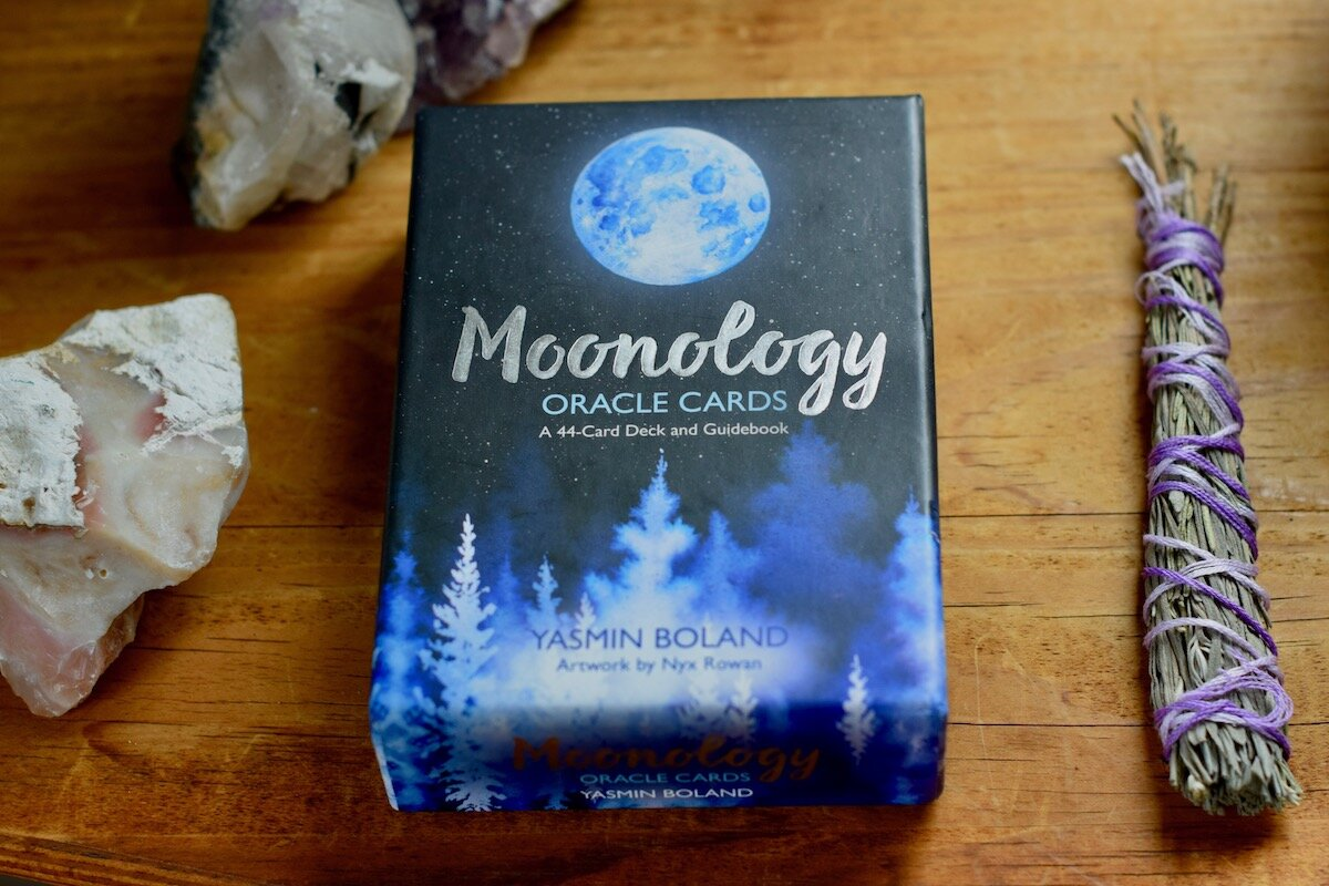 Moonology Oracle Card Deck被薰衣草束和乳白色方解石晶体包围。 2020年4月的月度卡片,Amanda Linette Meder摄。