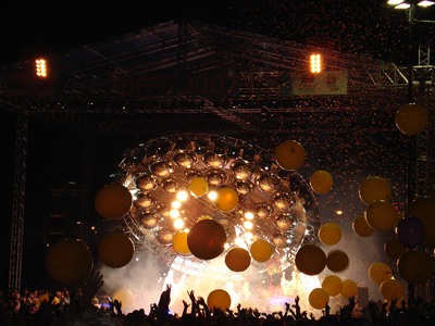 The_Flaming_Lips_UFO_stage