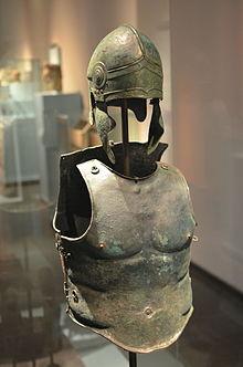 Greek_bronze_panoply_in_RMO_AvL.JPG
