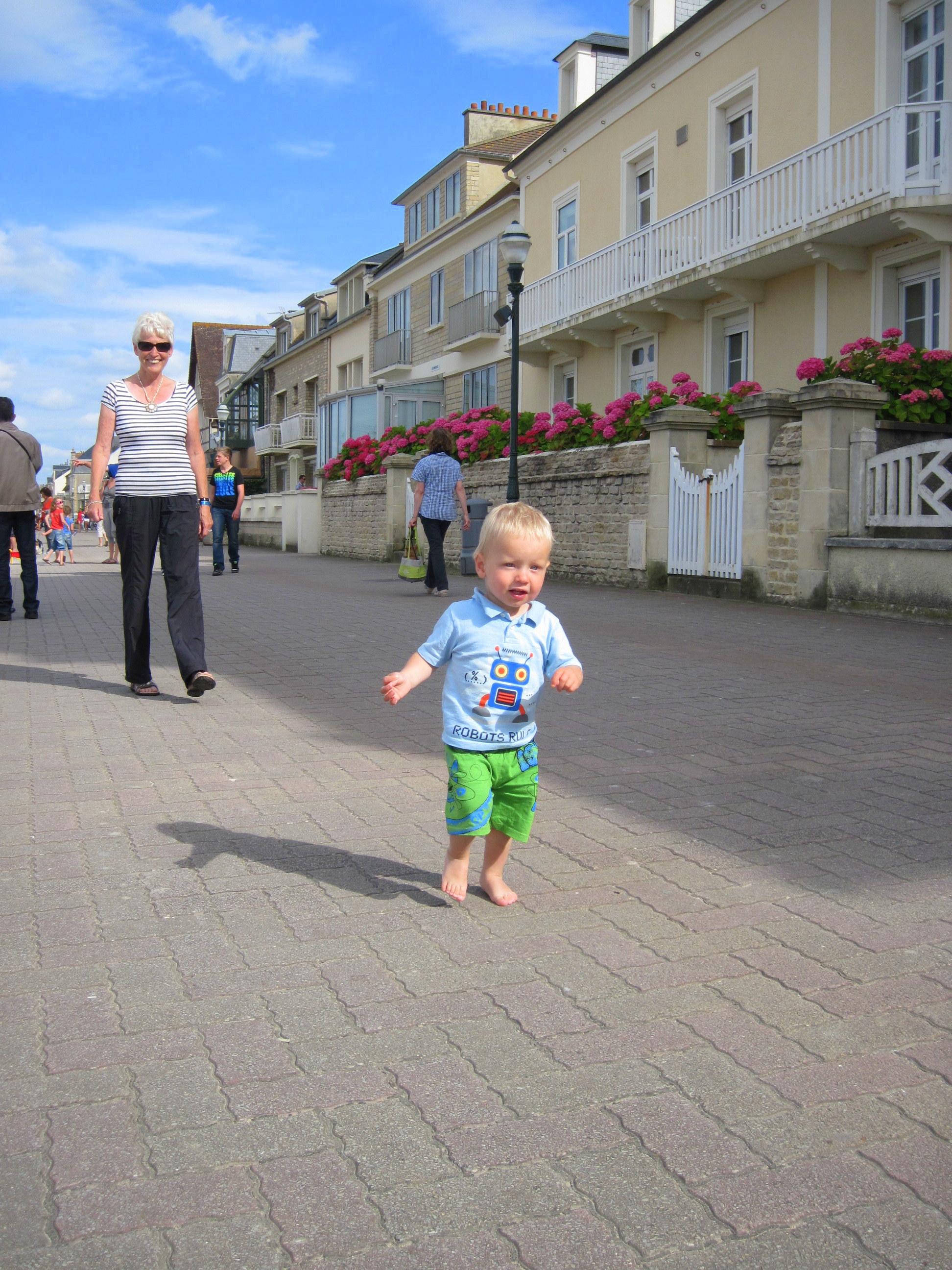 Pastel villas along the promenade in Saint Aubin sur Mer. (Mo has just two settings, run or sit.)