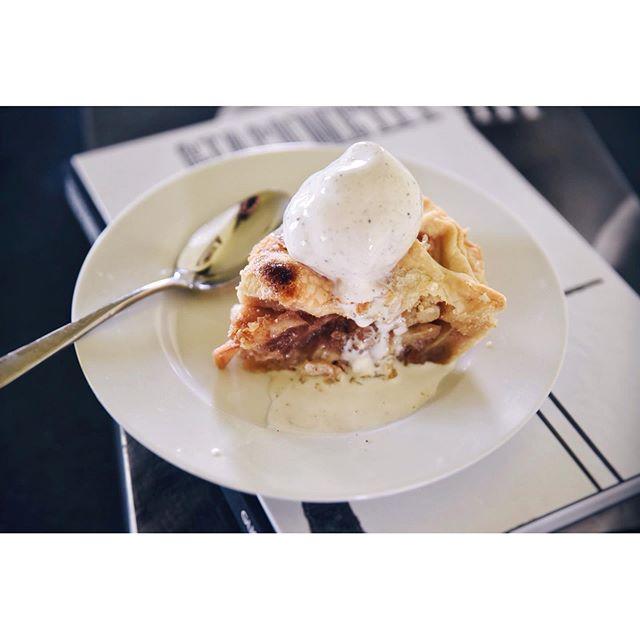 🍏🍏 baking and such... . . . . #cookingwithfriends #globalkitchen #culinaryadventures #homecook #cheflife #handmade #cookedwithlove #experimenting #inthekitchen #foodtraveler #foodieadventures #foodventures #livelikeyouretraveling #freshbaked #tastingtable #eeeeeats #pie #baked #homebaker #homecooks #slowliving #slowliving_create #savor