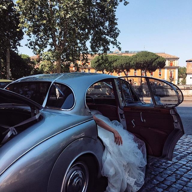 Street scenes from Rome.... Photo by @francesco.rosa.dv • • • #rome #bride #wedding