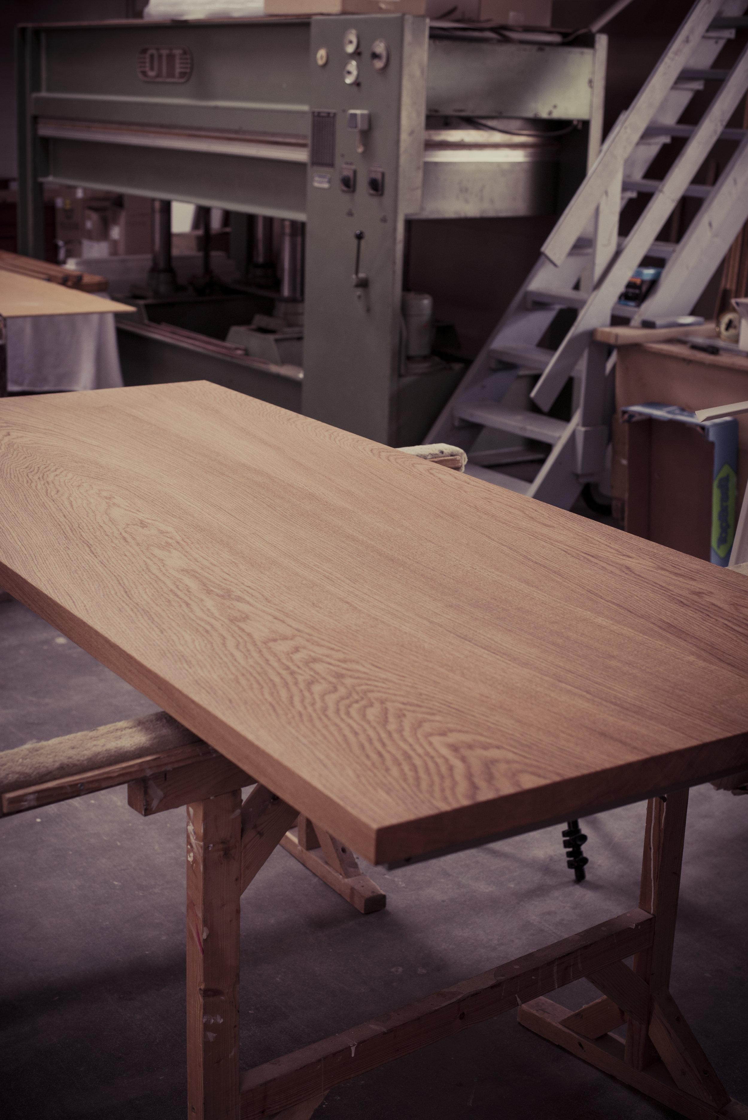 jeder Tisch besteht aus 3-4 Bohlen um ein besonderes Bild der Maserung zu erfahren / each table is made of 3-4 planks to create a special picture of the grain