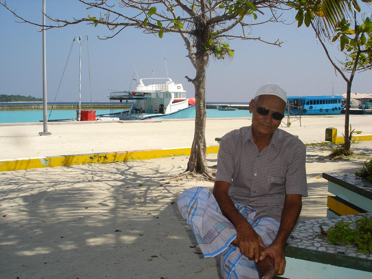 Eydafushi and Miriyandhoo with Seeza Dec 2006 169.jpg