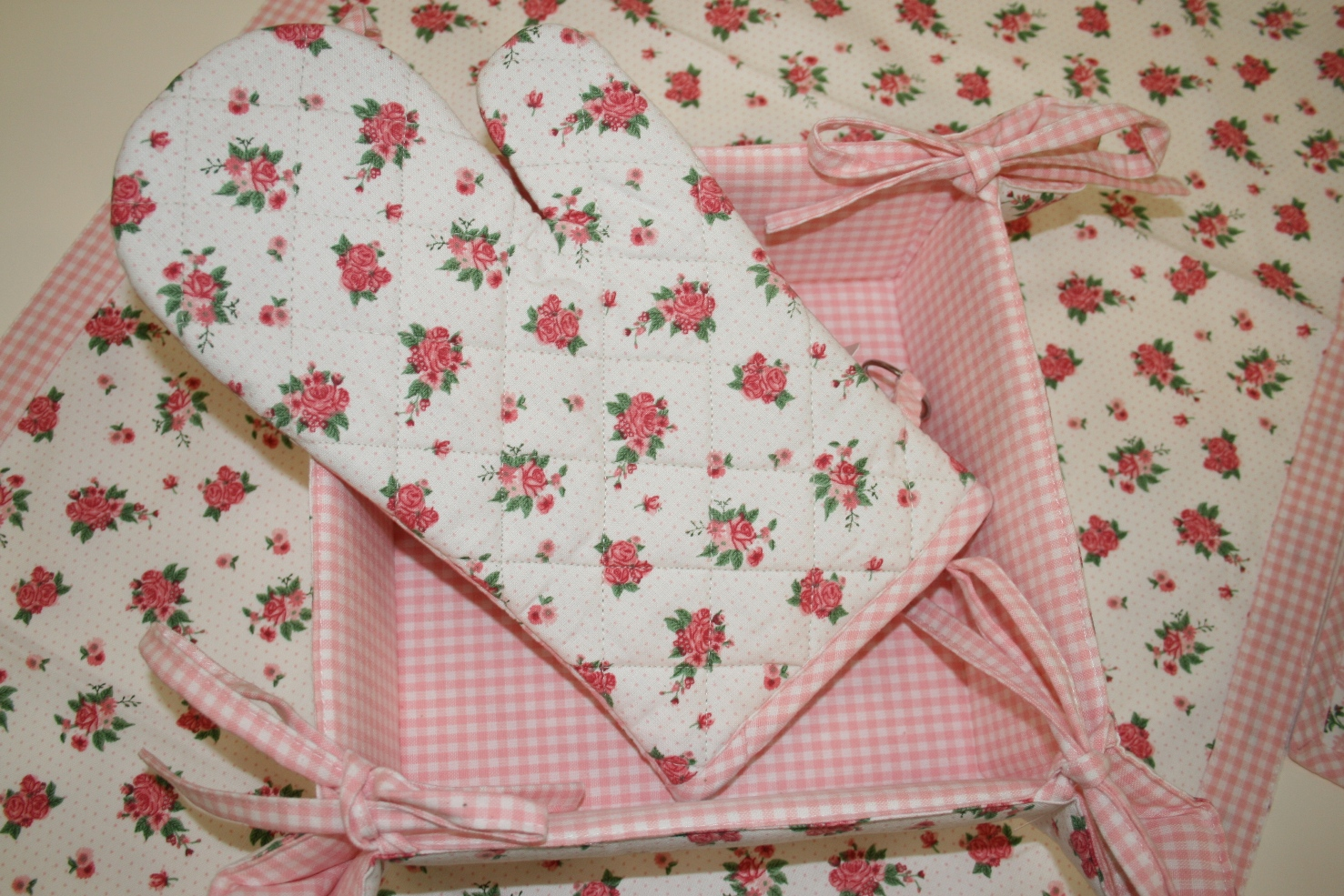 Ovenglove: CLE-LOR44 €7 Table Runner: CLE-LOR64 €15