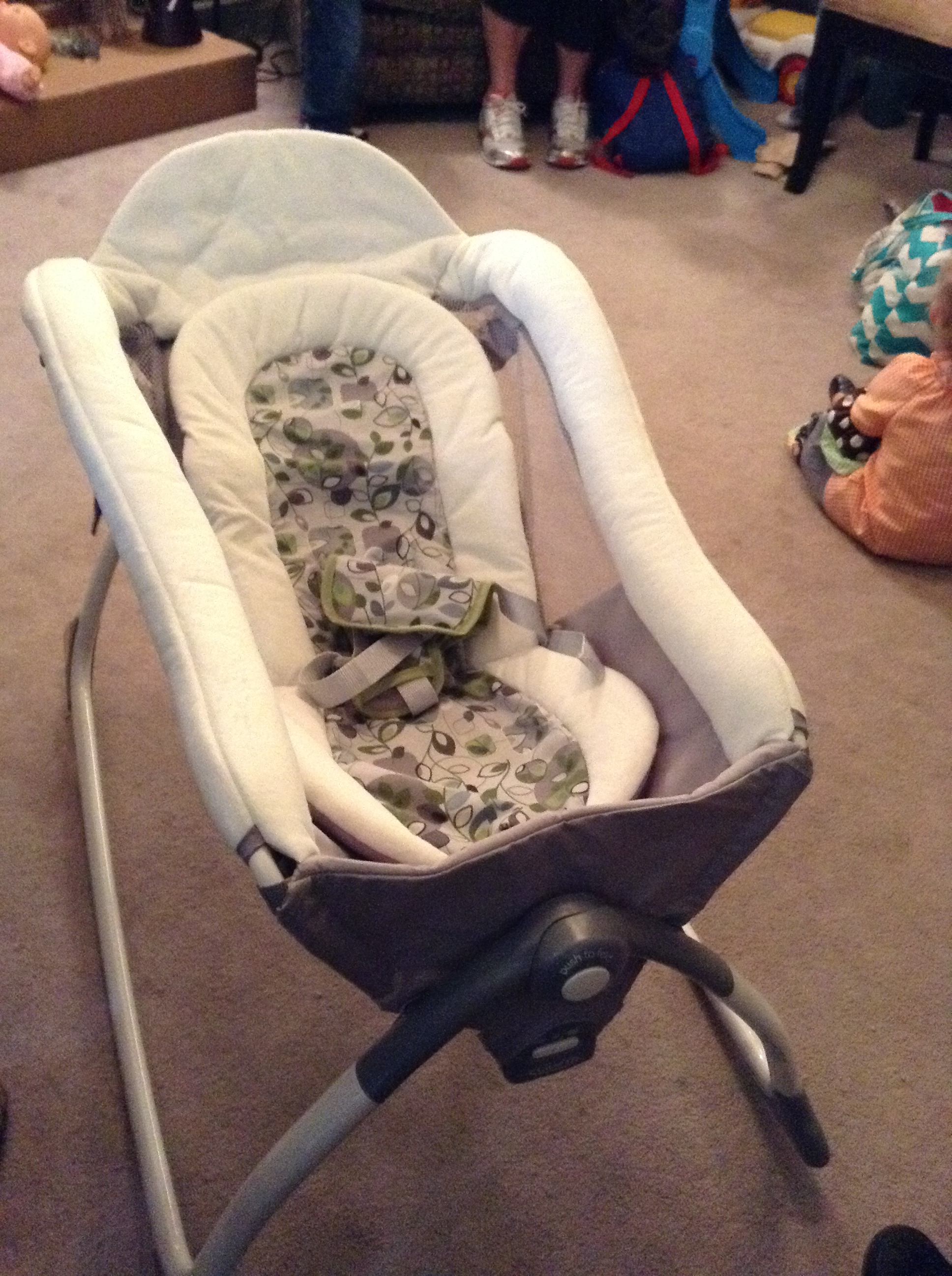 """Graco's """"easy-to-fold"""" & """"vibrate"""" features"""