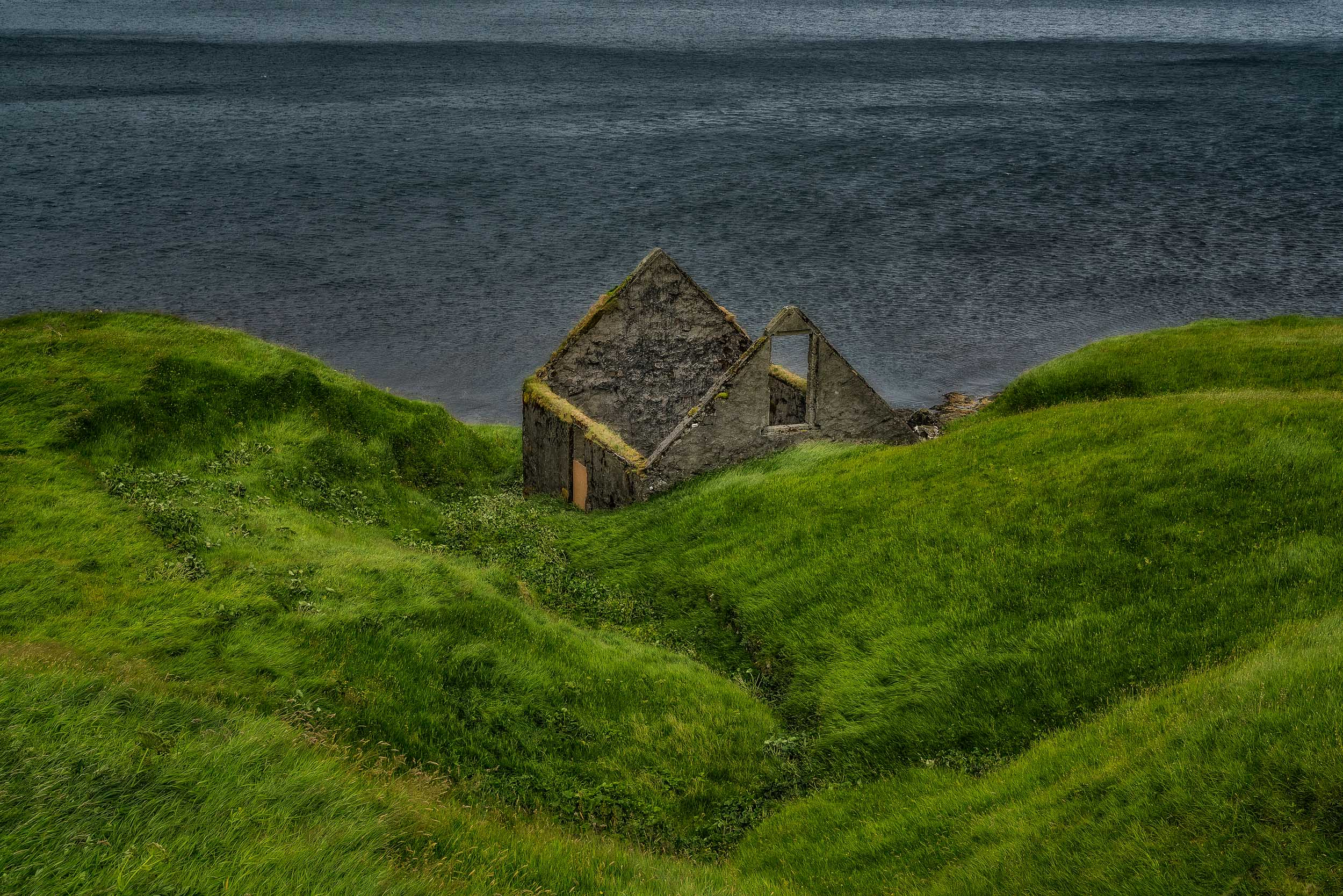 The    ruins of a house    by the shores of the sea on the island of    Eysturoy    in the    Faroe Islands   .