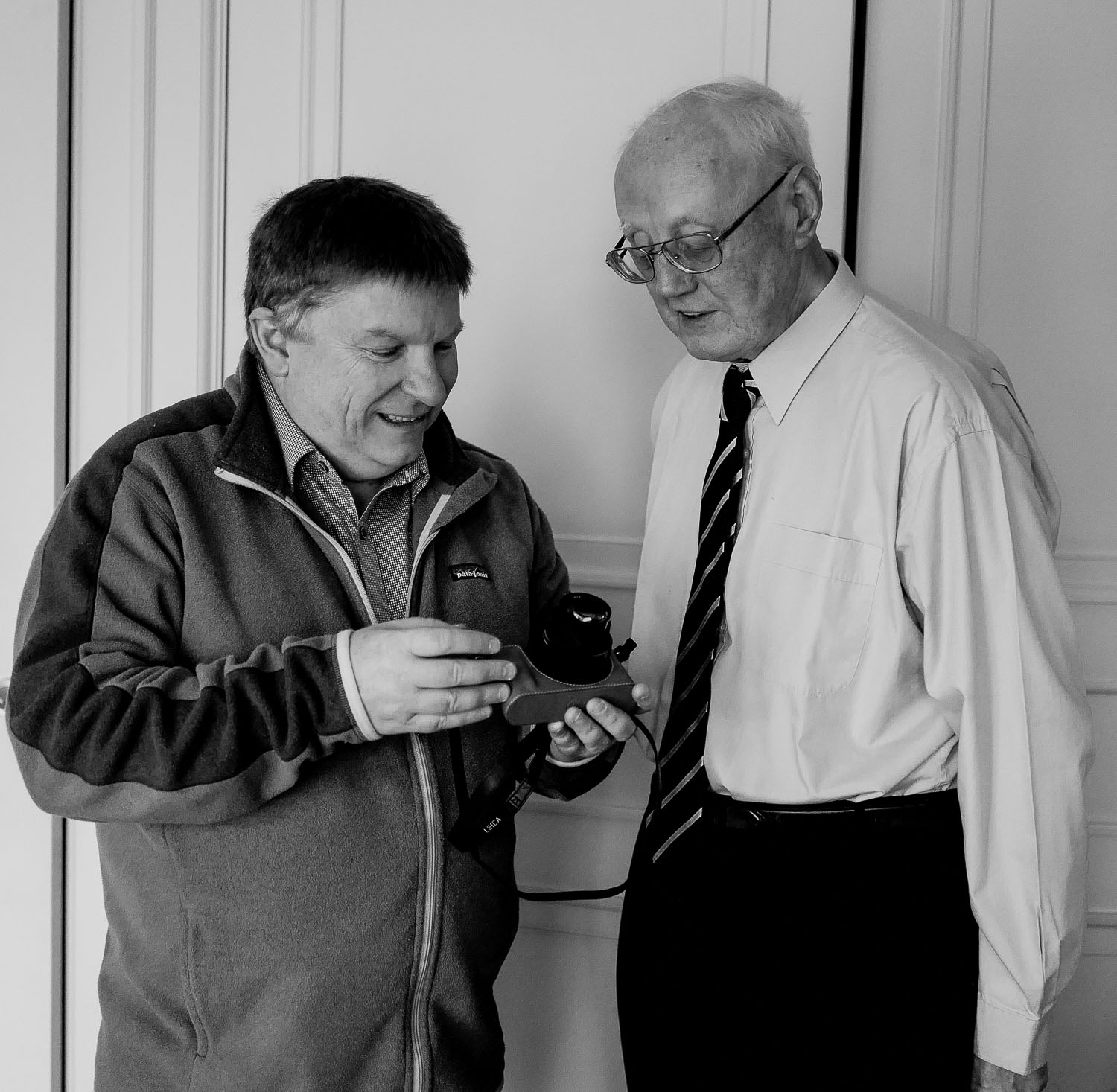 Glenn Guy    pointing out a few features on a    Leica Q    camera to    David Aspin   . Photo by    Judith Chapman   .