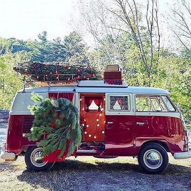 Tis the season  via @santa.cruz.surf.shacks 📷@the.urban.farmgirl . . . #jacksonandpolk #holiday #festive #vw #vwvan #vwvanlife #vwbus #holidays #holidaytime