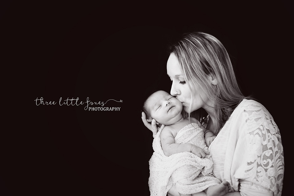 newborn-photography-columbia-missouri-mom-blacknwhite