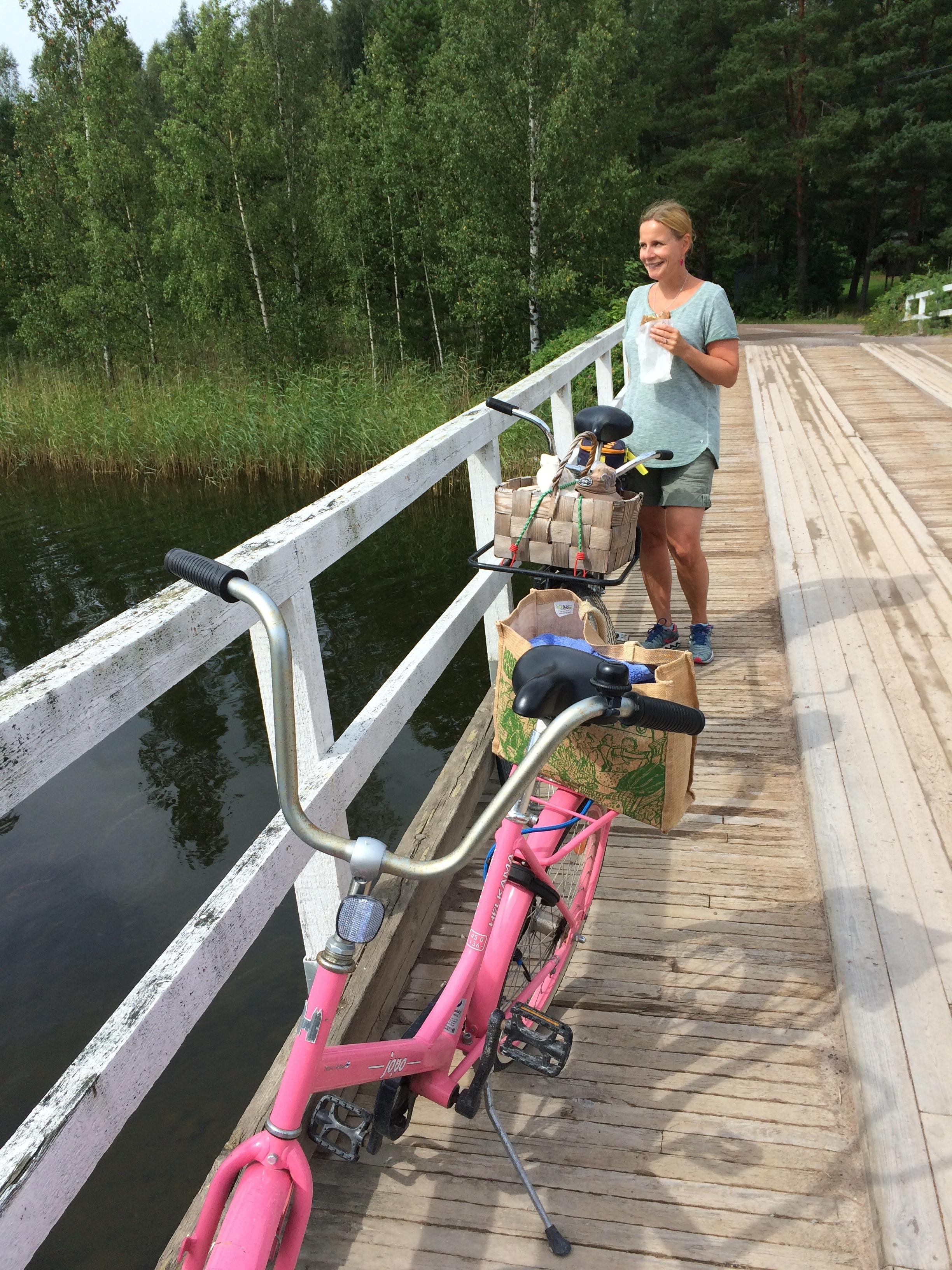 Pellinkiä on mukava kierrellä pyöräillen. Mm. Söderby-Boden vuokraa kesäisin polkupyöriä. Matkaa Råmossa Lodgesta Porvoon Ilolasta Pellingin saaristoon on noin 30 minuuttia, ensin esim. autolla lossille ja siitä yli Pellinkiin.