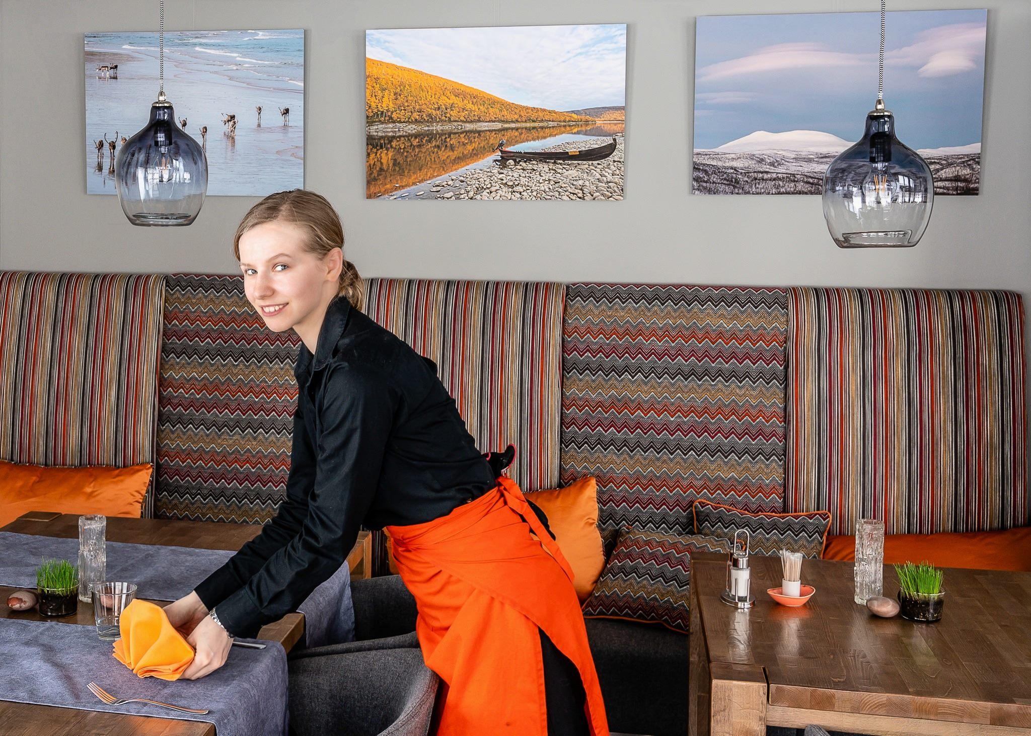 Ravintola Deatnu, Holiday Village Valle, Utsjoki. Kuva ja myös seinällä olevat Lappi-aiheiset kuvat Markku Lilja, @mlphotic.