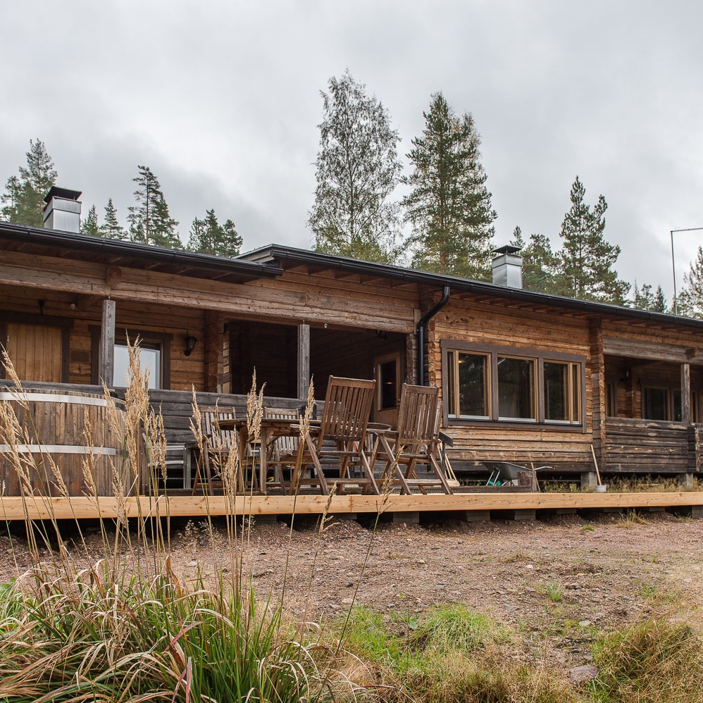 LOGHOUSE BREATHS THE AIR    The handmade loghouse is made of wood from Råmossa's own forests. It has a wood-heated sauna, tupa, indoor fireplace and a library with top-modern facilities.