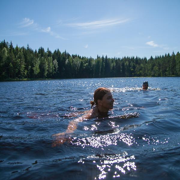 Uintia kirkasvetisessä järvessä