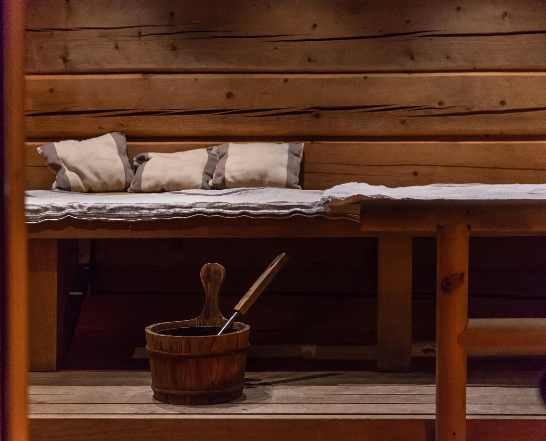 Riko normiaikatauluja! Saunaan voi mennä vaikka aamulla. Råmossa Lodgen hirsisaunan tunnelmaa.
