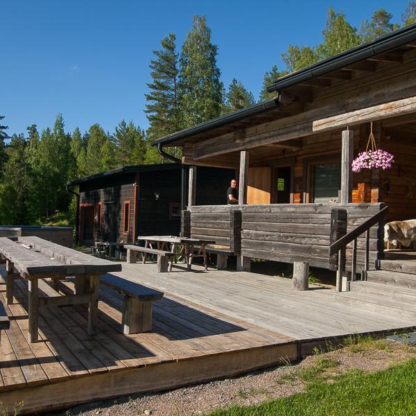 Päätalo ja terassi, Råmossa Lodge