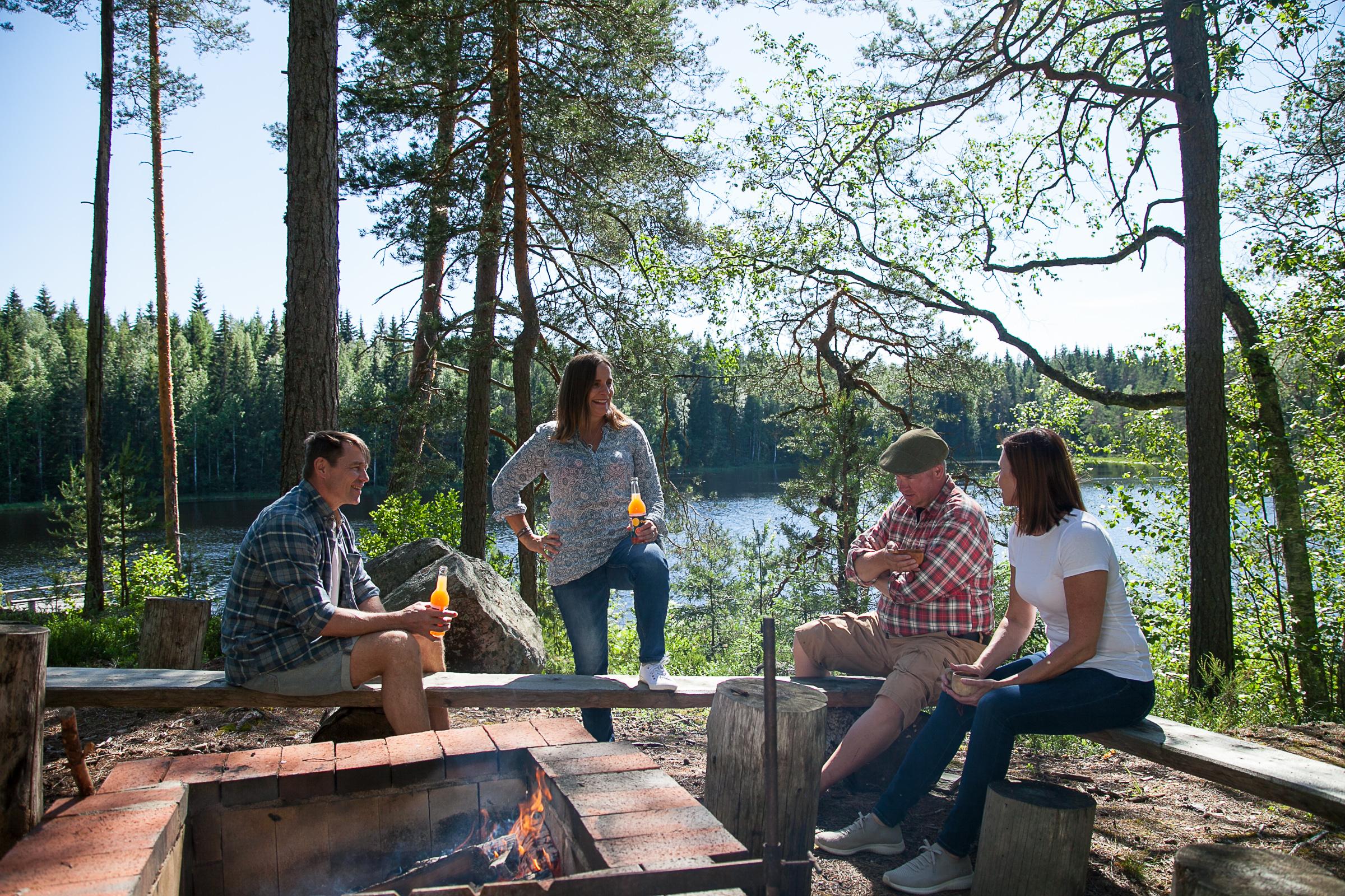 Ajatusten vaihtoa Råmossa Lodgen rantanuotiolla.
